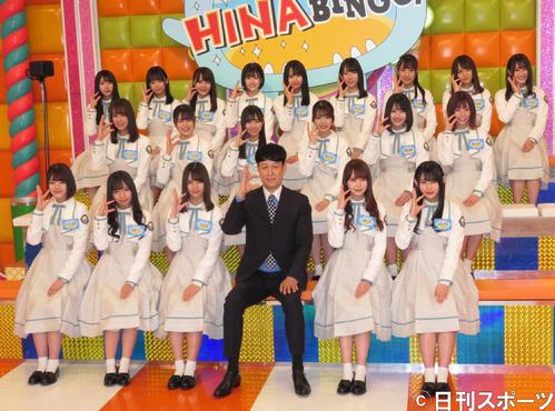 番組MCの小籔千豊(前列左から4人目)と一緒に「ヒ」のポーズをする日向坂46(撮影・横山慧)
