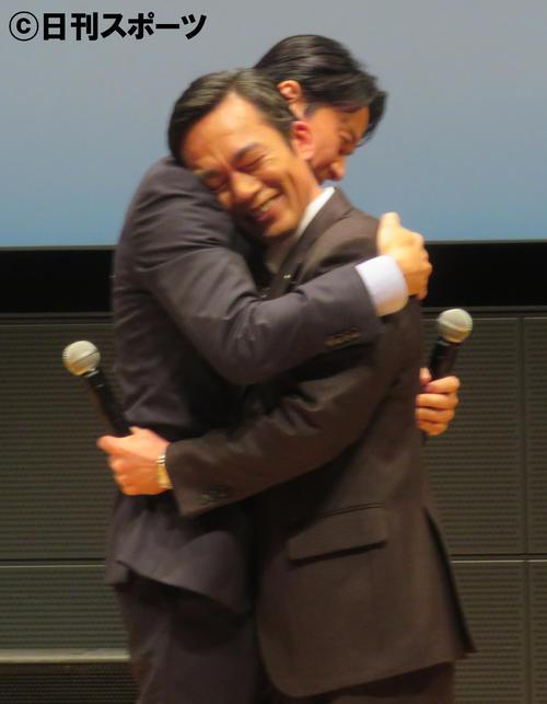 熱いハグをかわす福山雅治(左)と高橋和也