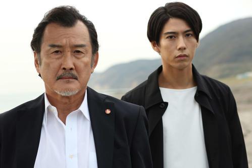 テレビ朝日系ドラマスペシャル「死命」に出演する吉田鋼太郎(左)と賀来賢人