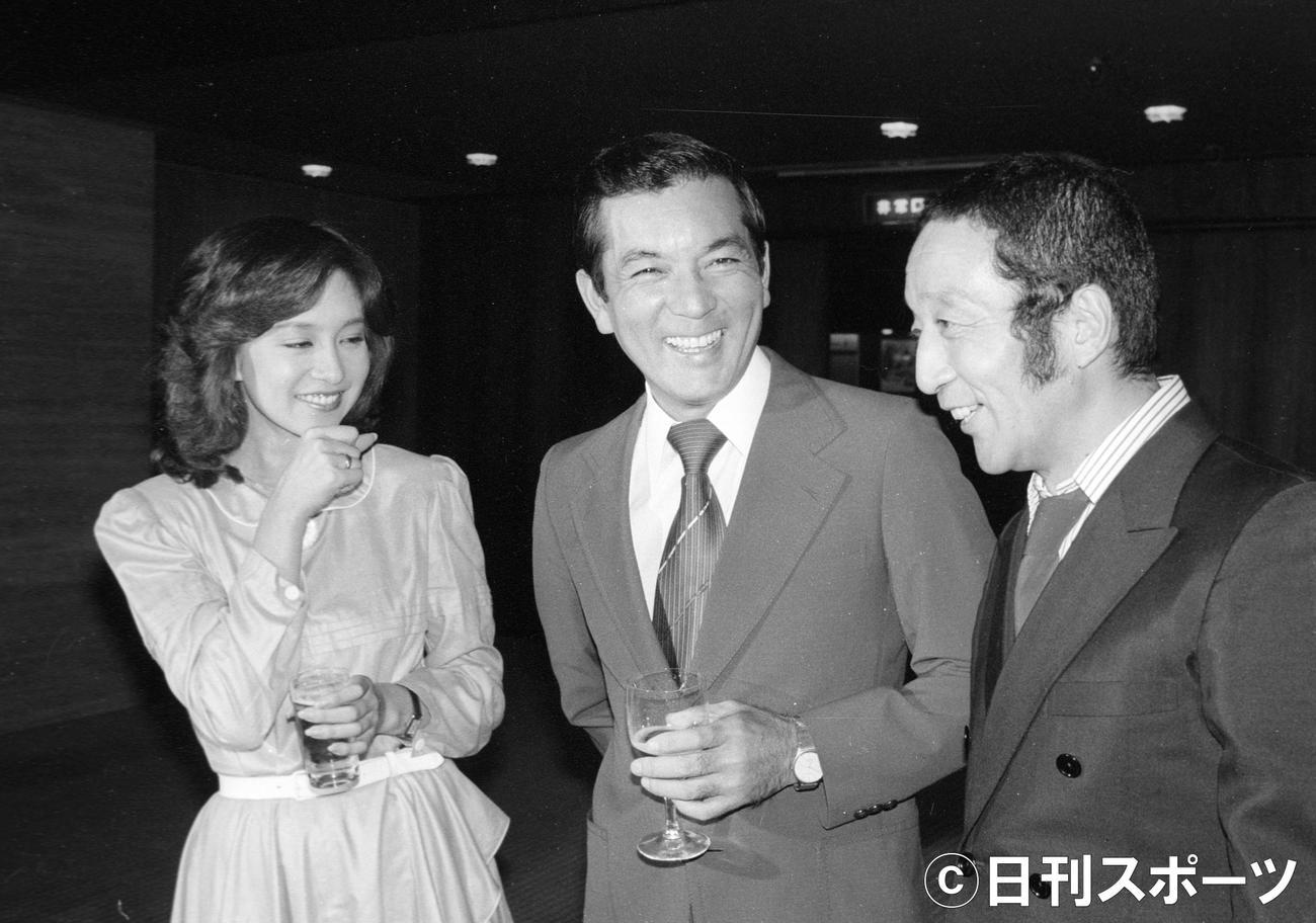 10年ぶりの若大将シリーズ第18作「帰ってきた若大将」の製作発表。左からマドンナ役の坂口良子さん、若大将・加山雄三、青大将・田中邦衛さん(1980年9月撮影)