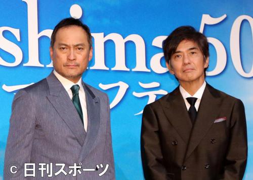 写真に納まる渡辺謙(左)と佐藤浩市(撮影・鈴木正人)