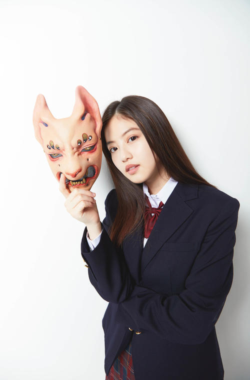 京極夏彦氏の最新作3作のカバーに起用され、お面をかぶった姿を見せる今田美桜