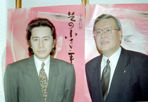 映画「子連れ狼 その小さき手に」会見に臨んだ田村正和(左)。右は原作者の小池一夫氏(1993年1月22日撮影)