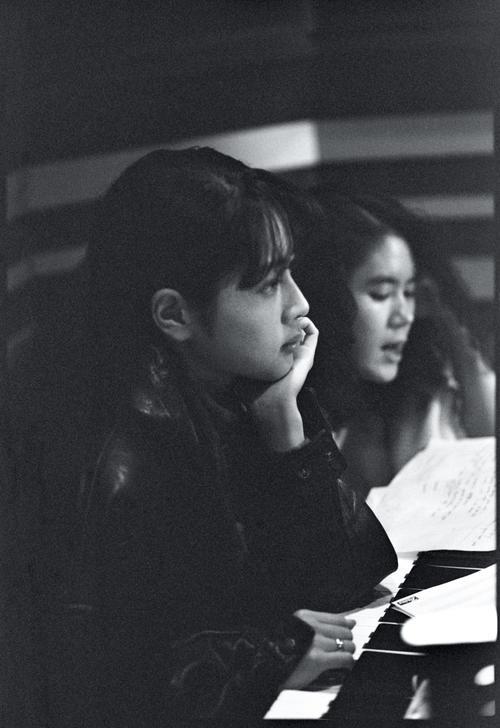 ZARDのデビューシングル「Good-bye My Loneliness」のレコーディングに臨む坂井泉水さん(左)と大黒摩季