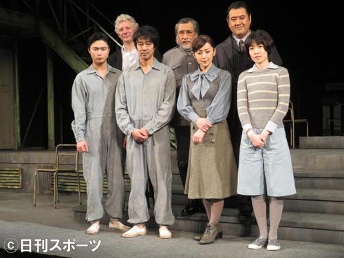 主演舞台の会見に出席した(前列左から)橋本良亮と堤真一。前列左から3人目は斉藤由貴、同右はシム・ウンギョン。後列左からウィル・タケット、外山誠二、小手伸也(撮影・横山慧)