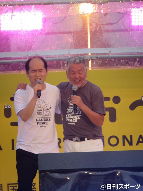 「北酒場」を熱唱するトレンディエンジェル斎藤司(左)と中村泰士氏