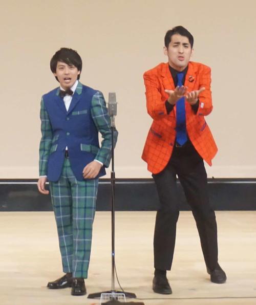 昨年7月以来の優勝を飾ったさすらいラビー。宇野(左)と中田