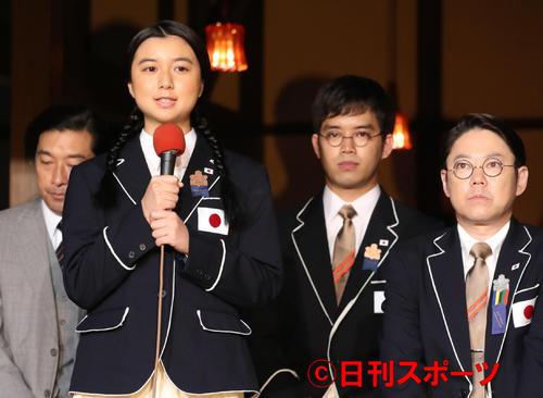 「いだてん」出演者発表であいさつする上白石萌歌(左から2人目)。左からトータス松本、1人おいて三浦貴大、阿部サダヲ(撮影・林敏行)