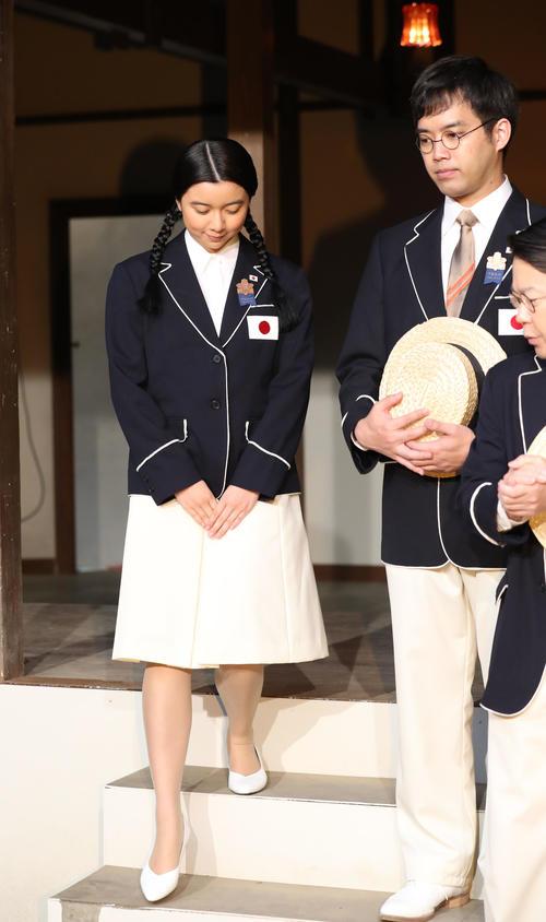 「いだてん」出演者発表に臨む上白石萌歌(左)。右は三浦貴大(撮影・林敏行)