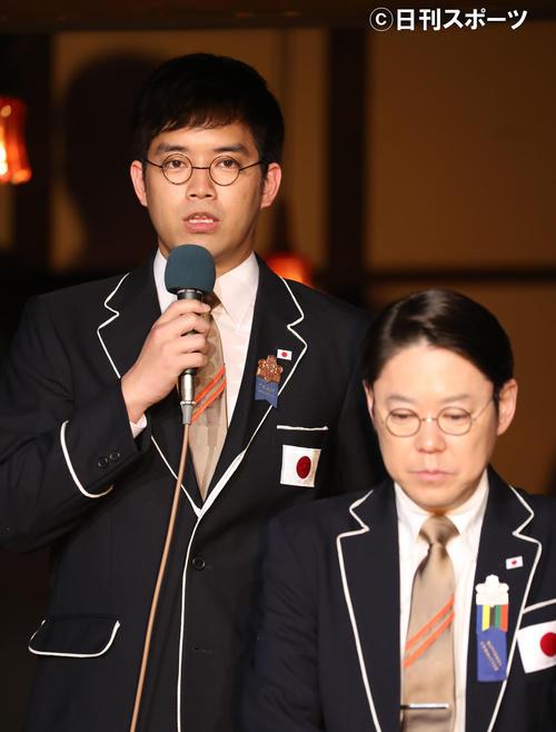 「いだてん」出演者発表であいさつする三浦貴大(左)。右は阿部サダヲ(撮影・林敏行)