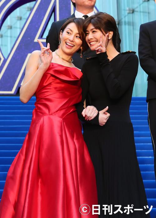 カーペットイベントを終え、関係者のカメラにピースで応える米倉涼子(左)と内田有紀(撮影・足立雅史)