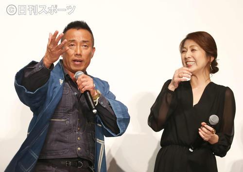 撮影エピソードのトークで盛り上がる長渕剛(左)と飯島直子(撮影・河田真司)
