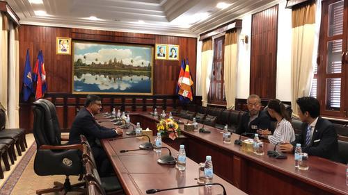 ハン・チュンナロン教育大臣(左)と会談する角田信朗(右から3人目)