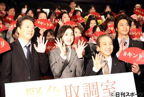 「緊急取調室」の試写会見で、ファンを背に笑顔で記念撮影する、左から田中哲司、天海祐希、小日向文世、速水もこみち
