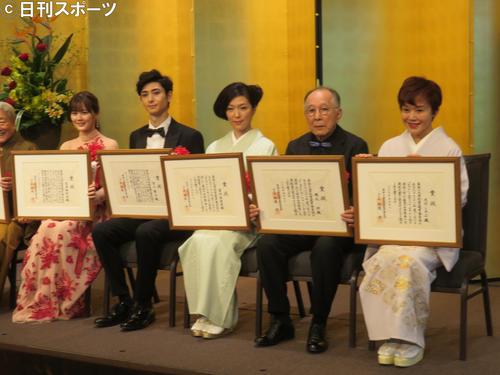 菊田一夫演劇賞を受賞した左から生田絵梨花、古川雄大、若村麻由美、橋爪功、大竹しのぶ