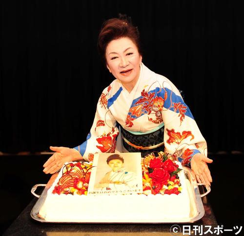 73歳の誕生日をケーキで祝福する大月みやこ(撮影・松本久)