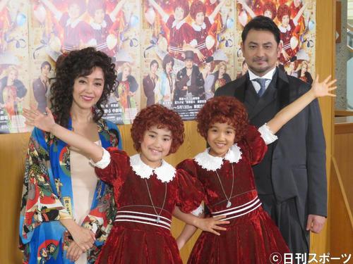 ポーズを決めるアニー役の岡菜々子(中央左)と山崎玲奈(中央右)