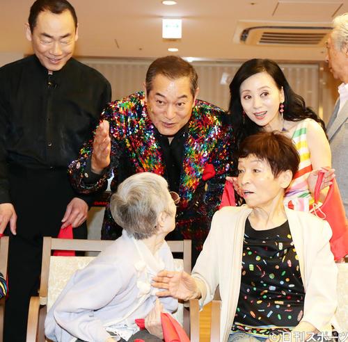 「マツケン・アスレチカをマツケンと一緒に歌って踊ろう!」と題し、都内の高齢者施設を訪れた松平健(中央)は、笑顔でお年寄りに声をかける(撮影・浅見桂子)