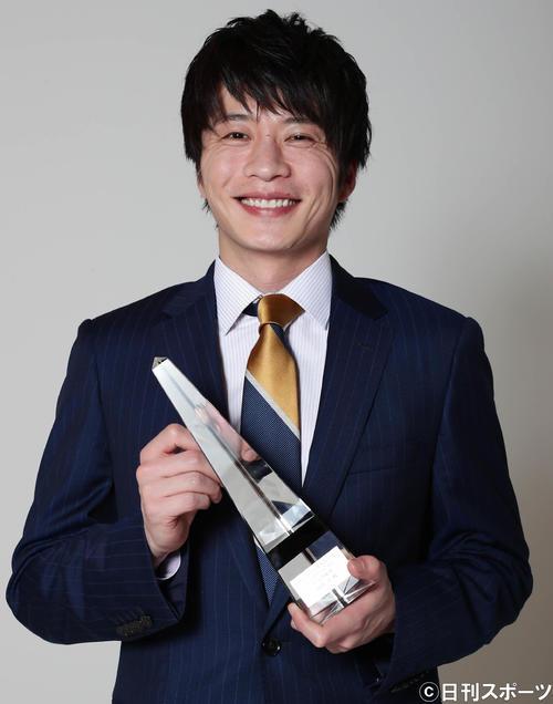 ドラマGPで主演男優賞に選ばれて笑顔で写真に納まる田中圭(撮影・丹羽敏通)