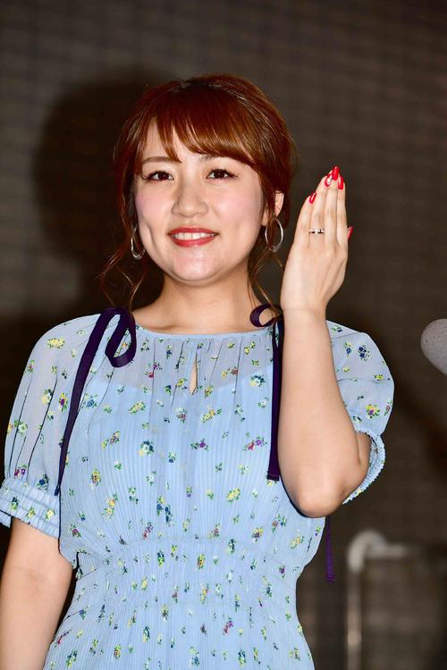 結婚を発表した高橋みなみはFM番組の生出演後の会見で指輪を披露する(撮影・小沢裕)