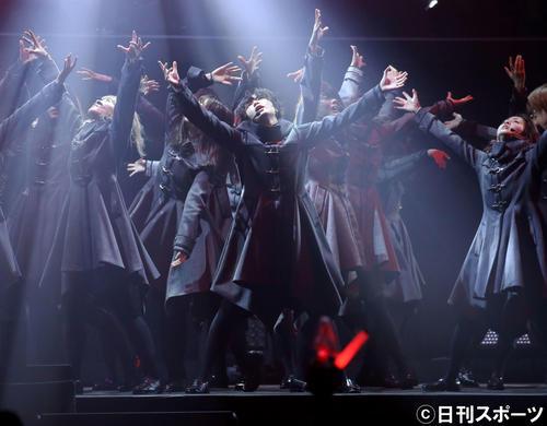 平手友梨奈(中央)を中心にステージでパフォーマンスする欅坂46メンバー(撮影・河田真司)