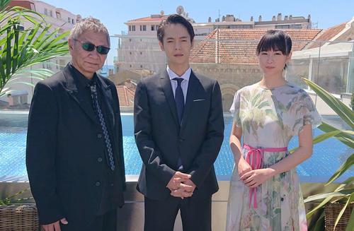 カンヌ映画祭に参加した、左から三池崇史監督、窪田正孝、小西桜子