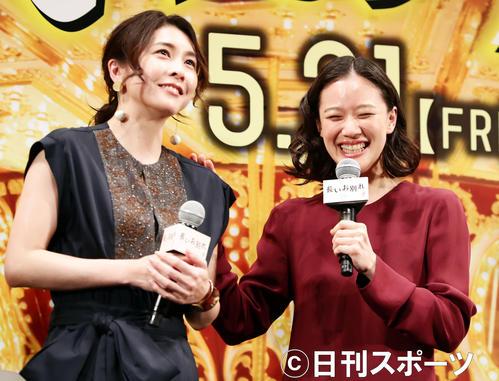 試写会で、姉妹役の竹内結子(左)に「頼りになります」と笑顔を見せる蒼井優(撮影・浅見桂子)