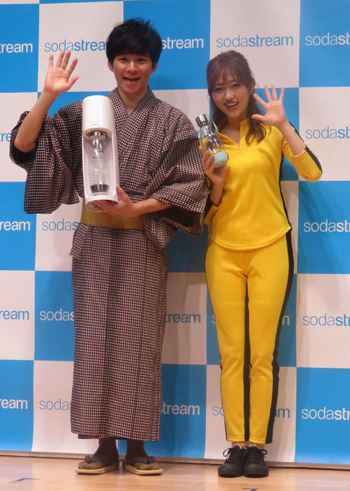 ソーダストリーム新製品発表会で、笑顔を見せる渡部建(左)菊地亜美(撮影・大井義明)