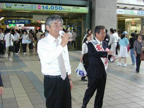北川イッセイ候補(右)の応援演説で、「地方分権のためには大阪に自民党の議席が必要」と力説する船場太郎氏(04年7月)