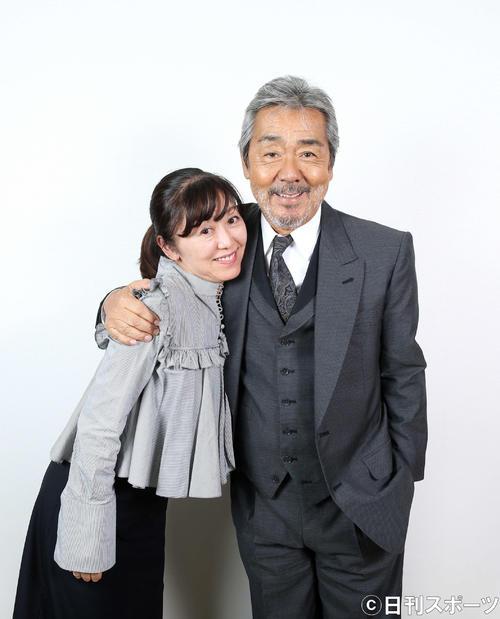 エグゼクティブプロデューサー内山聖子氏(左)の肩を抱き寄せ、笑顔を見せる寺尾聰(撮影・河田真司)