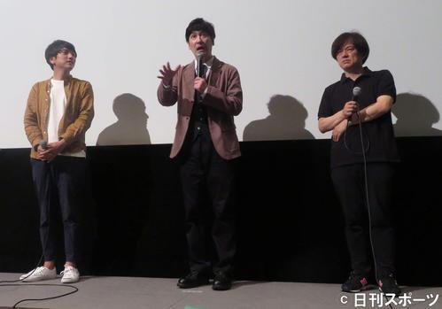 映画「バイオレンス・ボイジャー」舞台あいさつに登壇した田中直樹。左は宇治茶監督、右は安斎レオプロデューサー(撮影・大井義明)