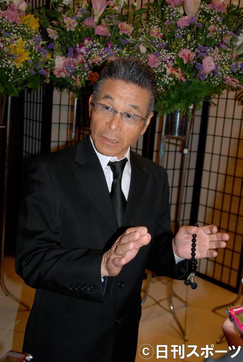 盟友だった木村進さんの通夜の弔問に訪れた間寛平(撮影・松浦隆司)