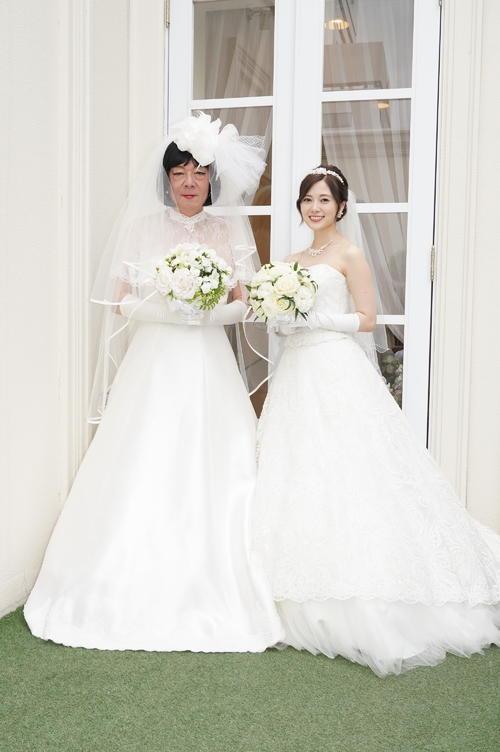 日本テレビ系「俺のスカート、どこ行った?」25日放送の第6話でウエディングドレス姿を披露する白石麻衣(右)古田新太