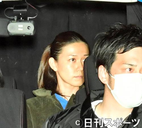 関東信越厚生局麻薬取締部を出る小嶺麗奈容疑者(撮影・柴田隆二)