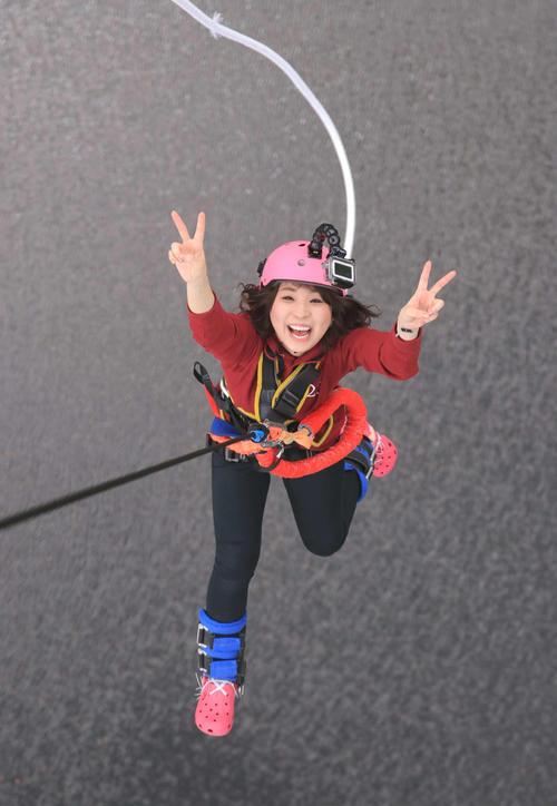 茨城・常陸太田市の竜神大吊橋でバンジージャンプに挑戦した水城なつみ