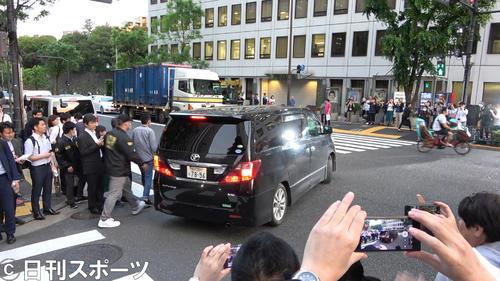 麻薬取締本部から移送される元KAT-TUNの田口淳之介容疑者を乗せた車(撮影・鹿野芳博)