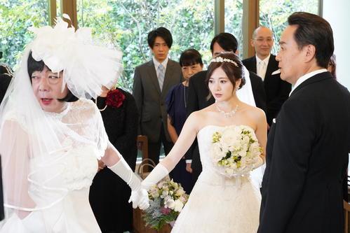 日本テレビ系「俺のスカート、どこ行った?」25日放送の第6話でウエディングドレス姿の白石麻衣(中央)の手を引く古田新太(左)