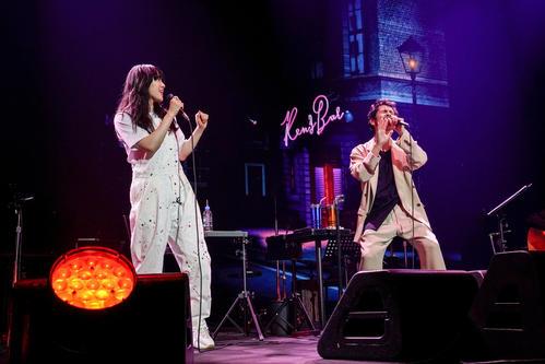 「Ken's Bar」20周年最終公演でゲスト出演したあいみょん(左)と歌う平井堅