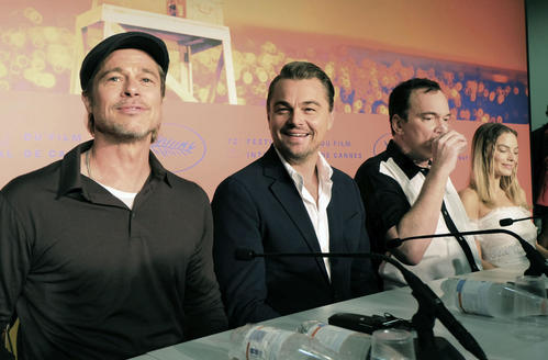 カンヌ国際映画祭で記者会見する(左から)ブラッド・ピット、レオナルド・ディカプリオ、クエンティン・タランティーノ監督=22日、フランス・カンヌ(共同)