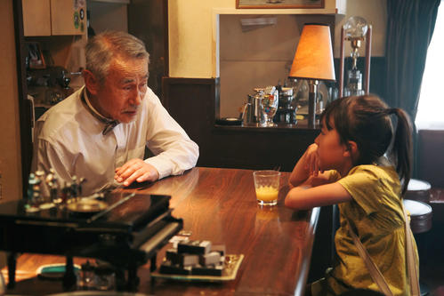 映画「駅までの道をおしえて」で共演する新津ちせ(左)、笈田ヨシ