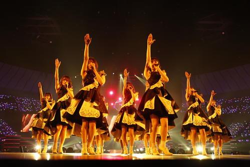 満員の横浜アリーナでパフォーマンスする乃木坂46