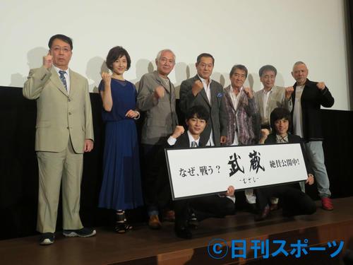 舞台あいさつに出席した映画「武蔵-むさし-」の松平健ら出演者たち
