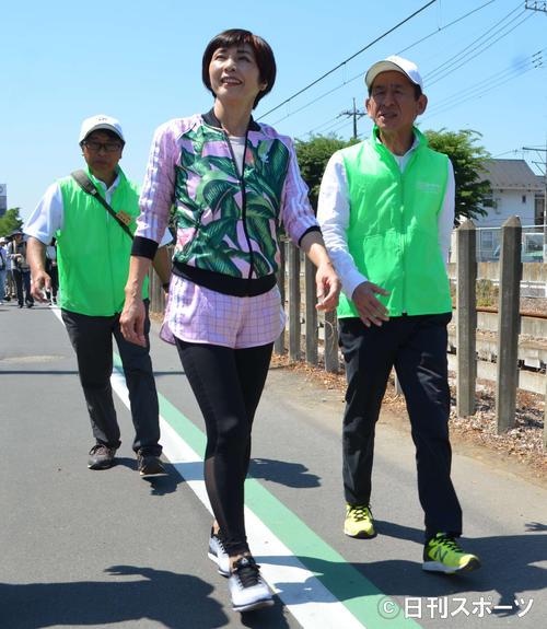 今井飯能市教育長(右)と笑顔で歩く庄野真代(中央)(撮影・吉池彰)