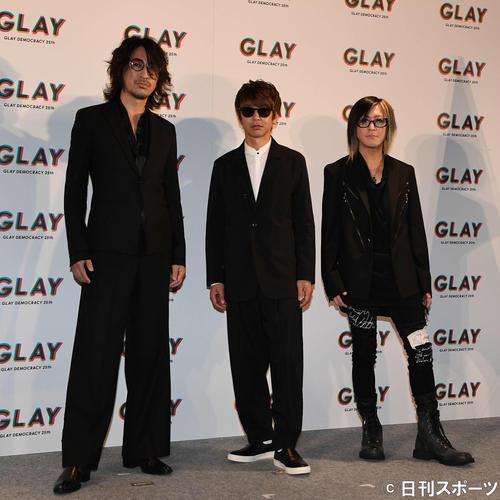 デビュー25周年公約発表会のフォトセッションで写真に納まるGLAYの、左からTAKURO、JIRO、HISASHI(撮影・鈴木みどり)