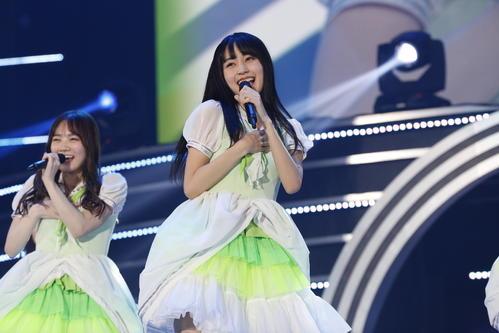 初の単独ライブを開催した乃木坂46の4期生。笑顔で歌う賀喜遥香(右)