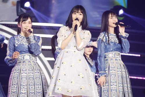 初の単独ライブを開催した乃木坂46の4期生。パフォーマンスする北川悠理(中央)
