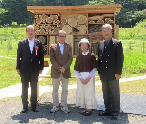 「昆虫の家」除幕式に出席した八千草薫(中央右)