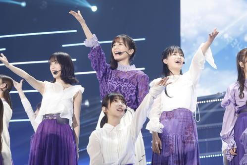 「何度目の青空か?」を披露した乃木坂46。中央は生田絵梨花