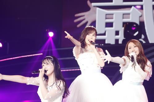 「ぼっち党」を披露した(左から)久保史緒里、生田絵梨花、桜井玲香