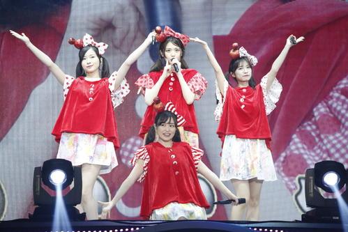 全員集合したさゆりんご軍団。手前は伊藤かりん。奥左から佐々木琴子、松村沙友理、寺田蘭世
